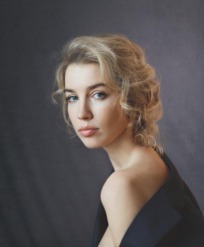 красивая девушка, студия, дневной свет, блондинка, кудри, голубые глаза Лиляphoto preview