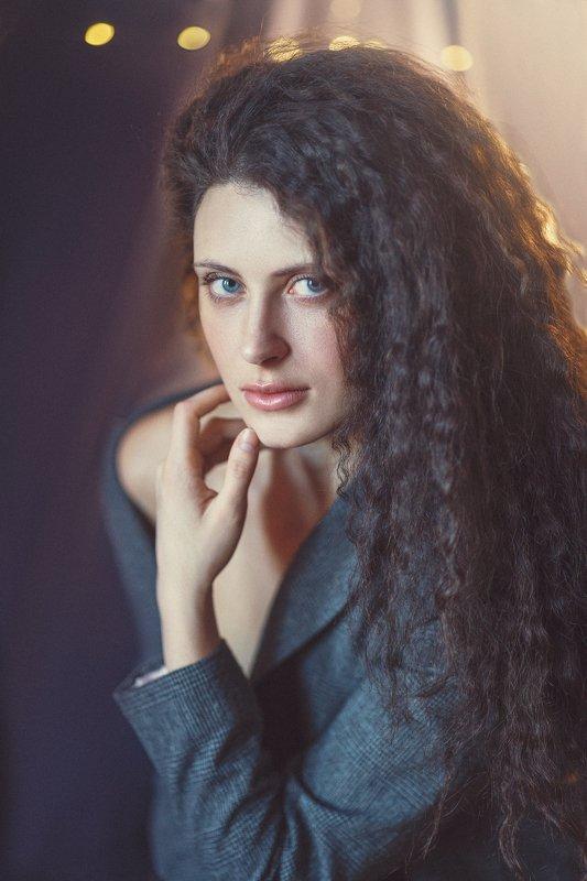 Взгляд, вьющиеся длинные волосы, голубые глаза Кристинаphoto preview