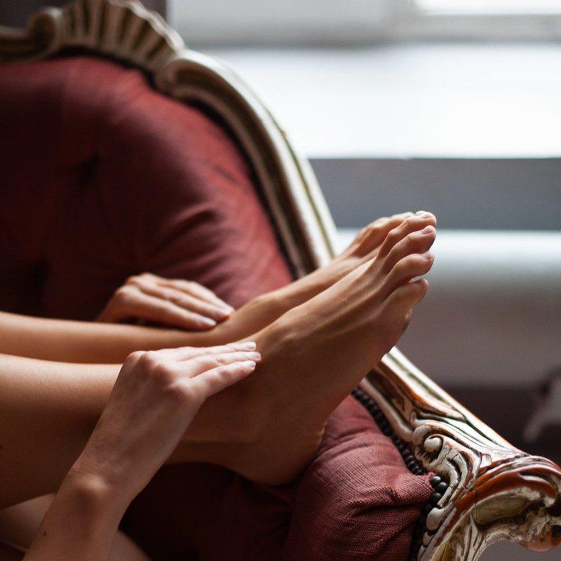 девушка, руки, ноги, кресло, настроение Квадратphoto preview