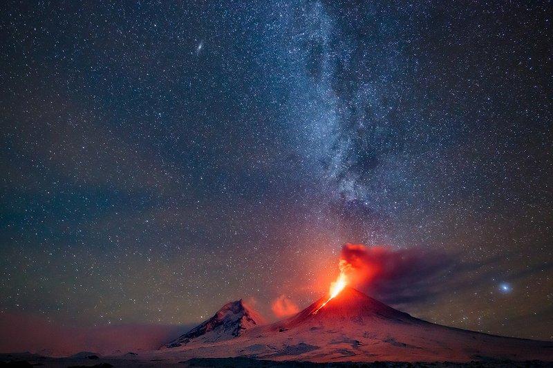 Камчатка, вулкан, извержение, природа, путешествие, фототур, пейзаж, лава, ночь, звезды Рождение Млечного путиphoto preview