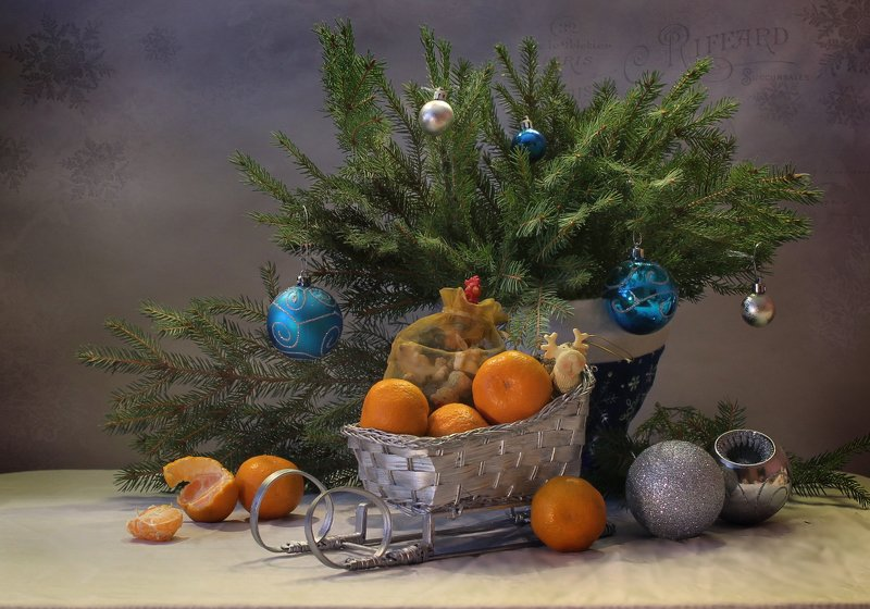 натюрморт. новый год. подарки, санки, елка, мандарины, дед мороз, птичка Про новогодние санки :)photo preview