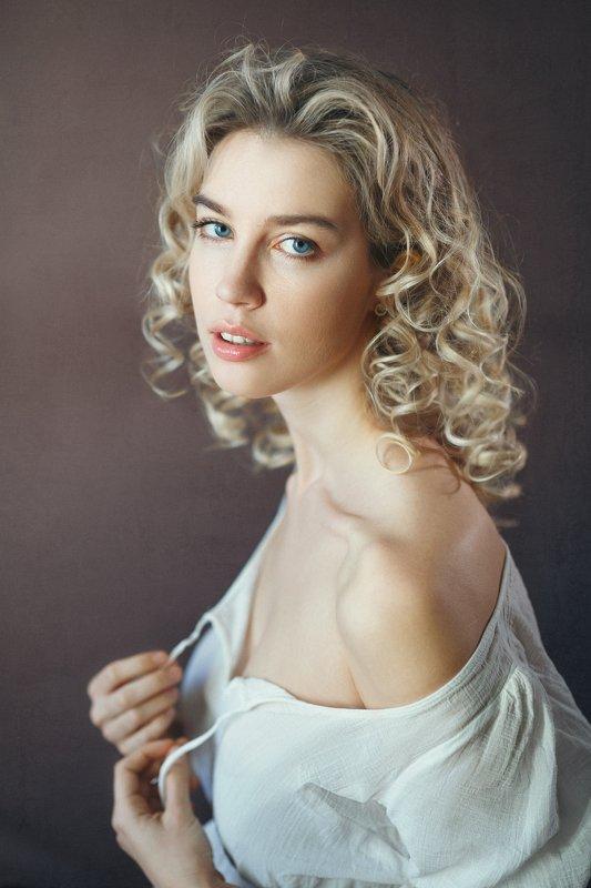 красивая девушка, блондинка, кудряшка, студия, дневной свет Лиляphoto preview