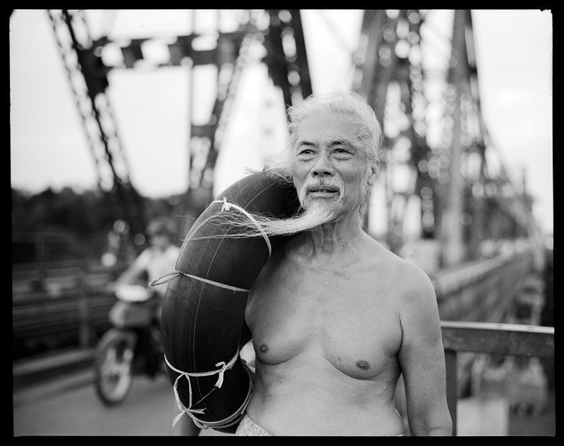 Old man - Long Bien Bridgephoto preview