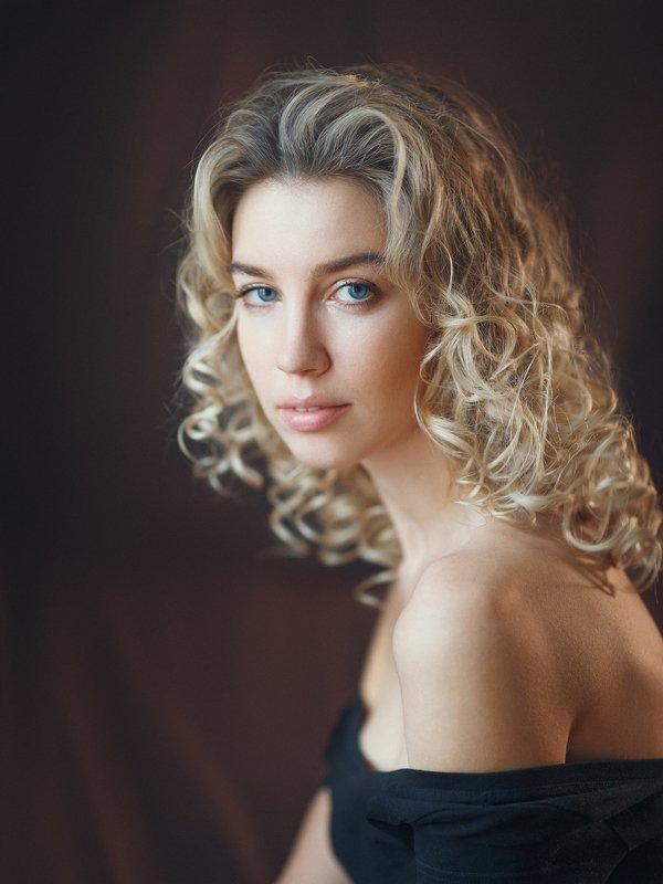 фарфоровая кожа, кудрявая блондинка, голубые глаза, взгляд Лиляphoto preview