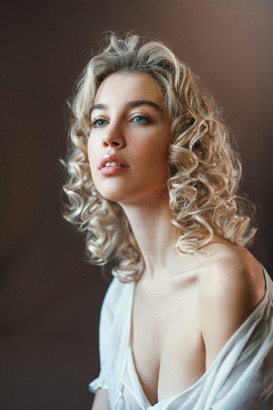 кудрявая , блондинка, студия, дневной свет, ожидание, красивая девушка, голубые глаза. Лиляphoto preview
