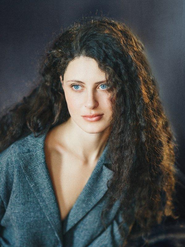 демонические волосы, голубые глаза, характер, роковая женщина, студия Кристинаphoto preview