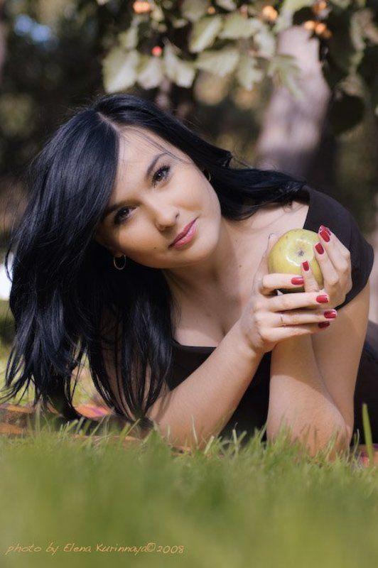 девушка, яблоко, парк портрет с яблоком в осенних тонахphoto preview