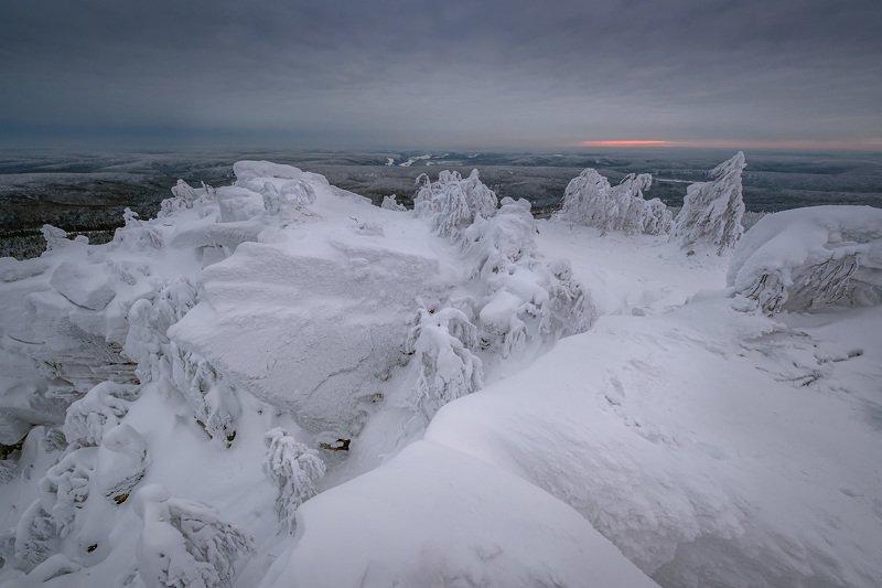 полюд, гора, скалы, рассвет, утро, тайга, зима, холод, мороз Скупое солнце Полюдаphoto preview