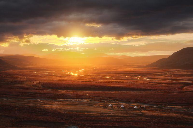 россия, урал, полярный урал, ямао, ямало-ненецкий автономный округ, салехард, горы, осень, природа, пейзаж, закат, отражение, река, тундра, лесотундра, чум, стойбище, оленевод Краски Ямалаphoto preview