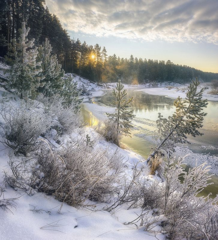 Заснеженный берег реки Белая Холуницаphoto preview