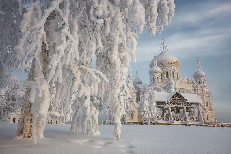 2021, россия, пермский край, белогорье, белая гора, зима, снег, церковь, изморозь, небо, облака, монастырь, утро, колокола, звонница, дерево, ветки, сугроб, январь, пейзаж, урал, сочельник Рождественский сочельникphoto preview