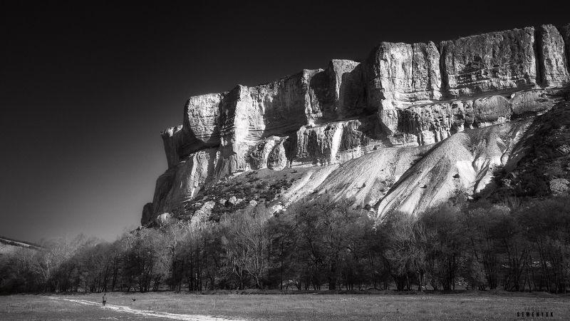 крым, качи-кальон, ч/б, горы, утро, скалы, пещерный монастырь. Строгий собор Качи-Кальона.photo preview