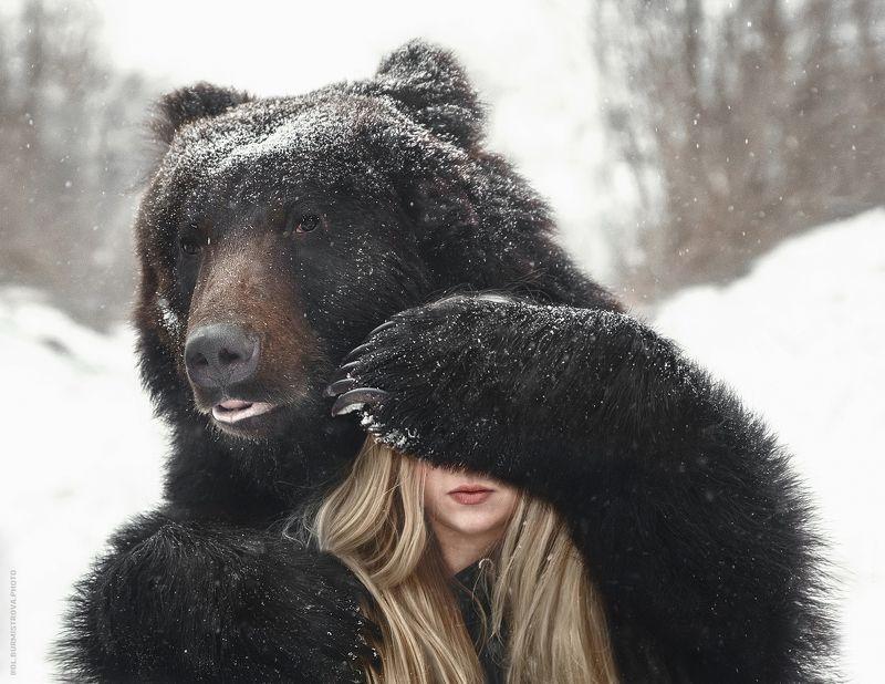 медведь, девушка, зима, дружба Ничего не бойся, я с тобойphoto preview