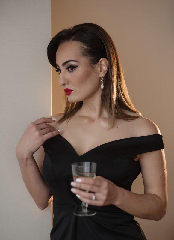 девушка с бокалом шампанского ...photo preview