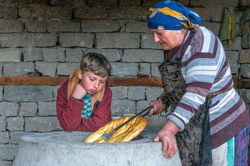 бабушка печет хлеб Бабушка печет хлебphoto preview
