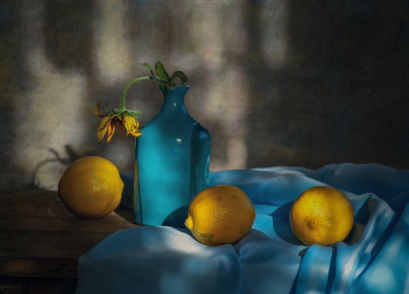 Желтое на голубомphoto preview