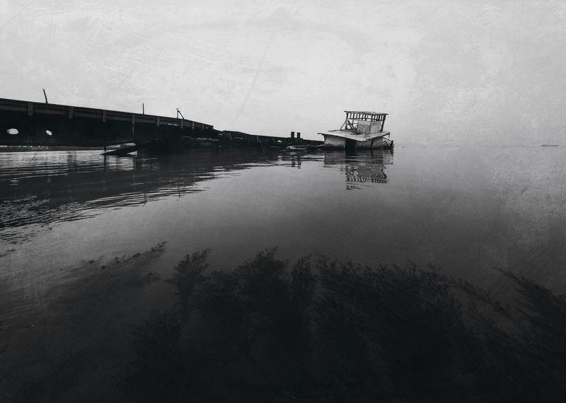 черно-белое, черное море, керченский пролив, корабль, баркас, причал, морской вокзал, атмосфера, дзен, керчь, крым, россия, анатолий щербак В зазеркалье декабрьской яви.photo preview