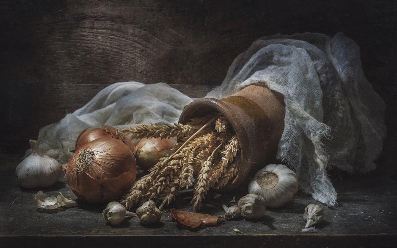 лук, чеснок, кринка, колосья, тряпка, тёмный, старый, шелуха Деревенский натюрмортphoto preview