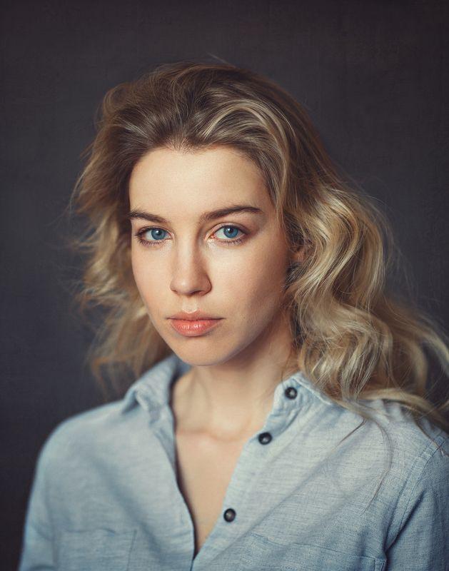 порывистая, стремительная, современная , девушка, дневной свет, синие глаза. Лиляphoto preview