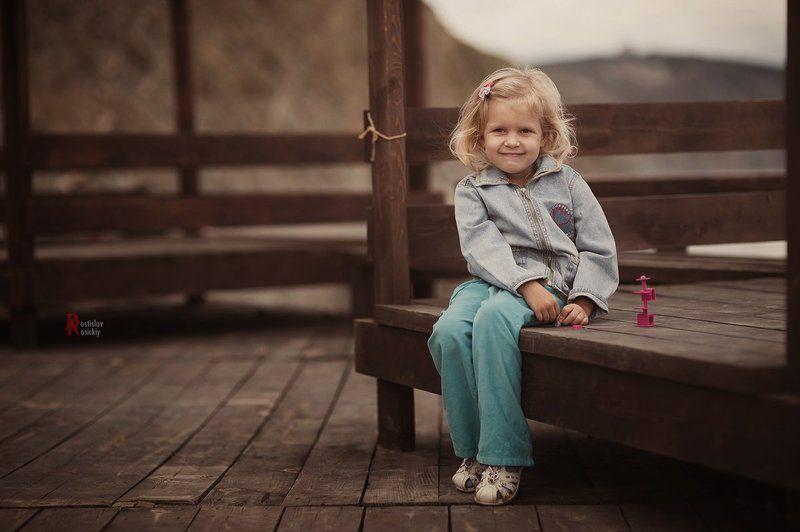 Девочка улыбка, Детский портрет жанр пейзаж Незнакомкаphoto preview