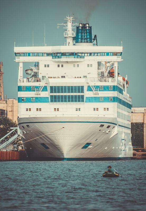 вода, гигант, лайнер, лодка, рыбак, рыбалка fisherman and giantphoto preview