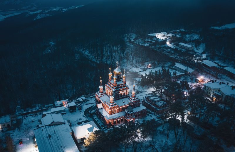 Топло́вский Свя́то-Тро́ице-Параске́виевский монасты́рь— женский монастырь, расположенный в окрестностях селаТополевка, расположенного на Феодосийском шоссе вКрымуphoto preview
