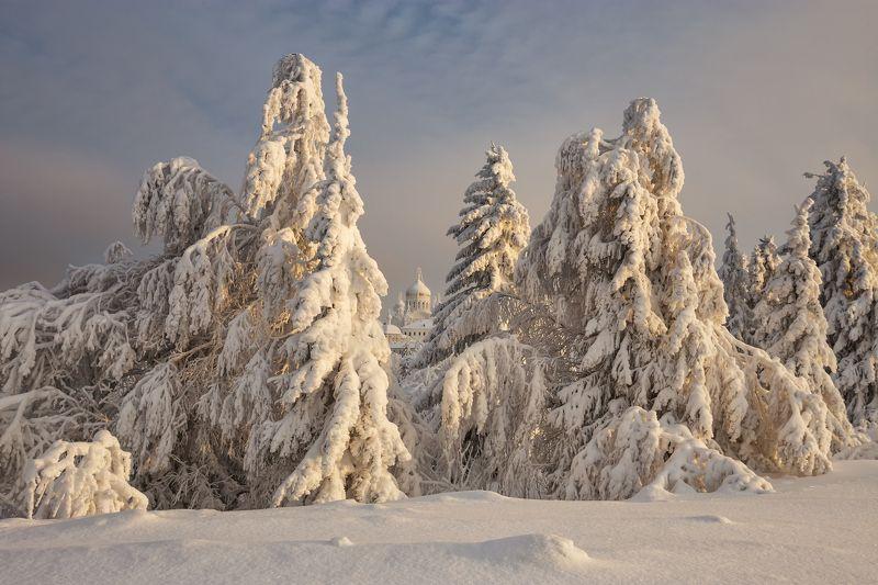 2021, россия, пермский край, белогорье, белая гора, зима, снег, церковь, изморозь, небо, облака, монастырь, январь, пейзаж, урал, лес, сочельник Зимняя сказкаphoto preview