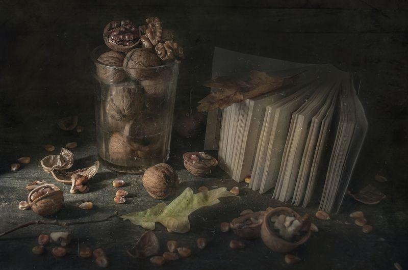 стакан,мысли,грецкие орехи,перекидной календарь,ожидание,пыль,скорлупа,тёмный А событий все нет...photo preview
