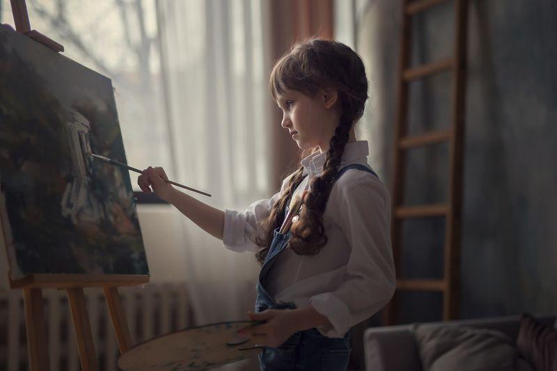 портрет, детский портрет, естественный свет, художественная съемка, 50mm, кисти, краски Юная художницаphoto preview