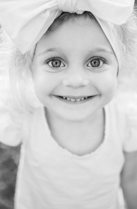 ребенок, девочка, улыбка, черно-белое Поделись улыбкою своей...photo preview