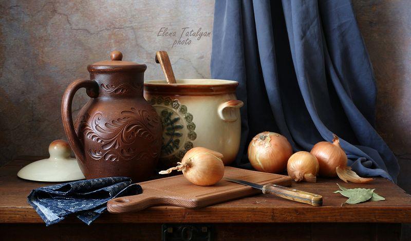 кухонный натюрморт, лук С репчатым луком. фото превью