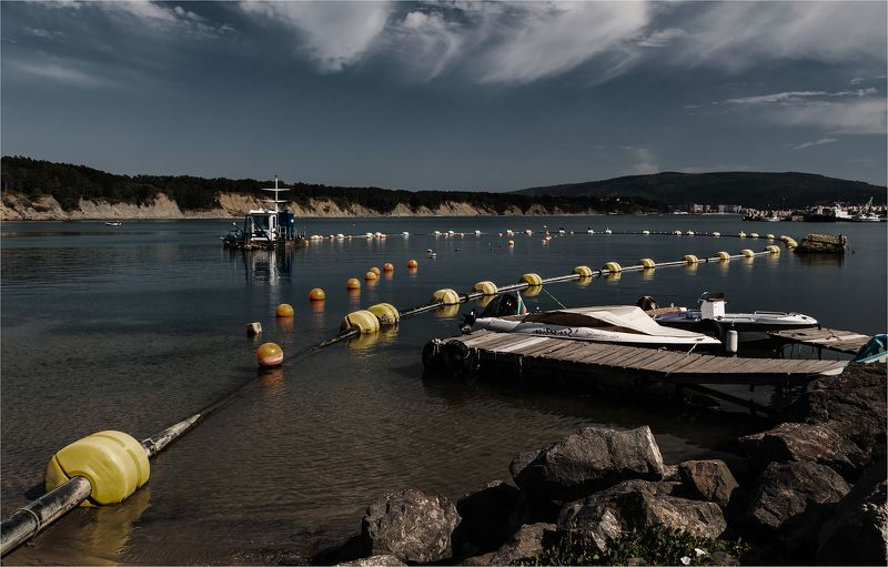 буй, лодки, бухта, пирс, море, небо, облака В тихой болгарской бухтеphoto preview