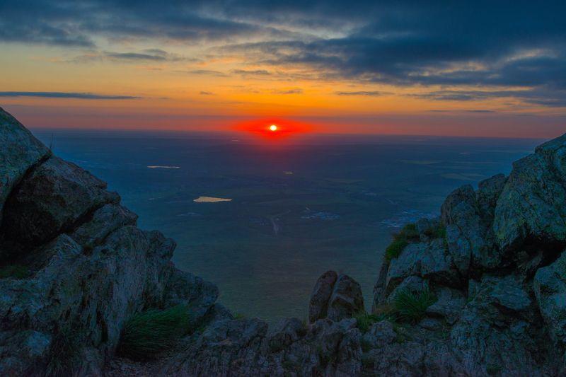 восход,горы,камни, природа,пейзаж Восход из каменного окнаphoto preview