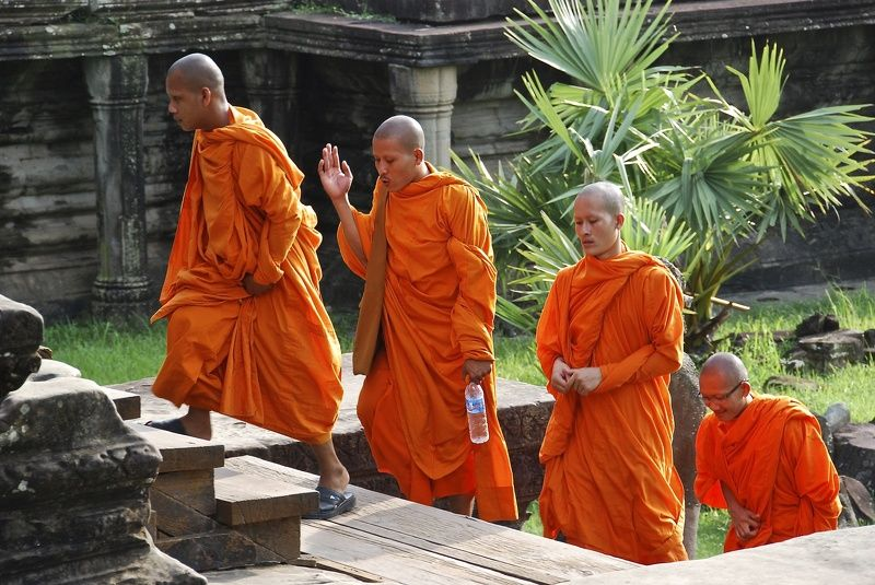 Street/Reportage, monk, Cambodia, Angkor Wat, colors, people, orange, old time, history, architecture, talk, travel,  О чём говорят монахи?photo preview