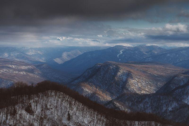 Затаились гор вершины в облаках photo preview