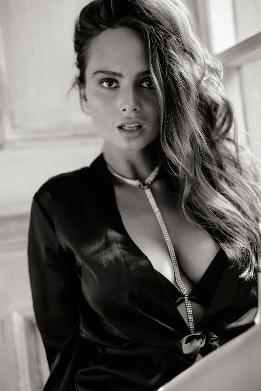 девушка, чб, красивая, грудь, халат, шелк photo preview