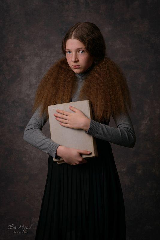 portrait, girl, book, Ukraine, Poltava, photographers_Poltava, фотограф_в_Полтаве, фотостудия_в_Полтаве Marina with a bookphoto preview