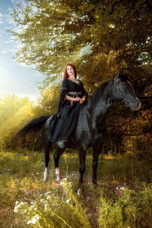 девушка наездница конь вороной закат лучи рыжеволосая портрет Двойное совершенствоphoto preview