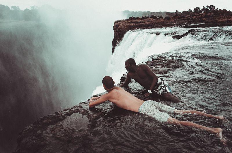африка, замбия, зимбабве, водопад виктория, купель дьявола, обрыв, пропасть, замбези Над пропастью.photo preview