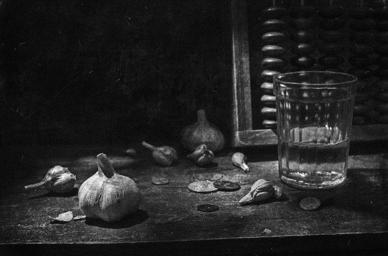 стакан,водка,мелочь,счёты,одиночество,тьма,печаль,чеснок,деньги И что осталось ?!photo preview