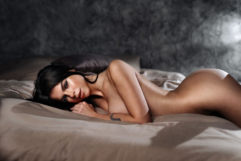 studio, nude, nu, bed, body, black, girl, hair, face, portrait Наташаphoto preview