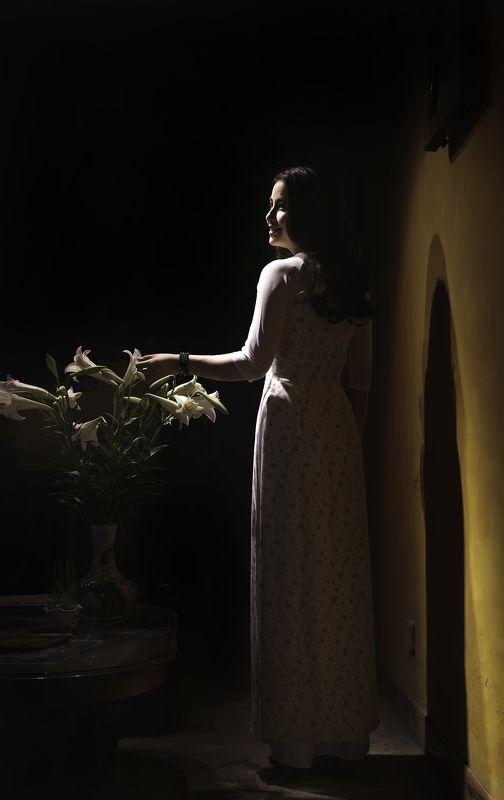 Thiếu nữ bên hoa loa kèn photo preview