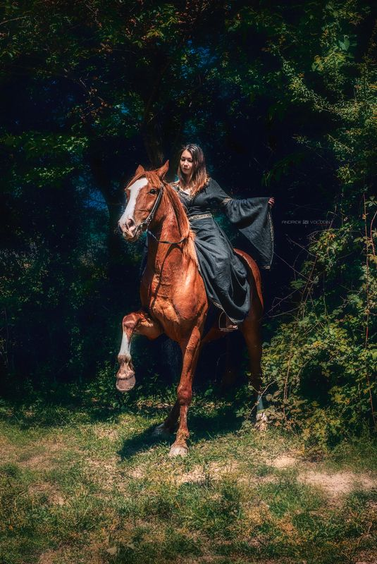 девушка рыжеволосая конь  лучи лес зелень совершенство Позёрыphoto preview