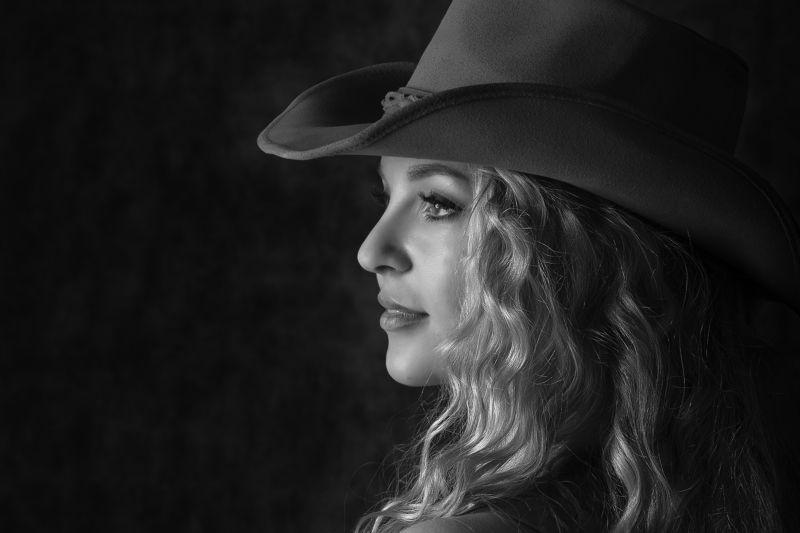 девушка, портрет, огонь, черный, глаза, взгляд Черно-белый портретphoto preview