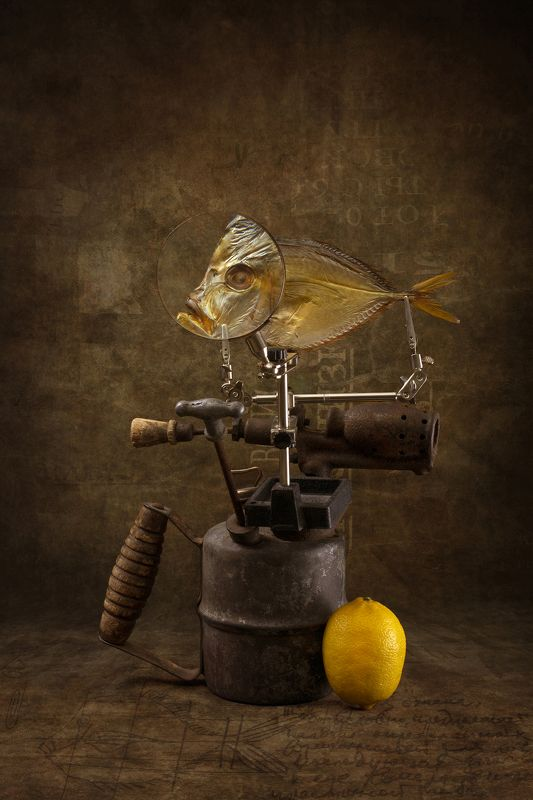 Вомер на паялной лампе с лимоном и рисунком на столеphoto preview