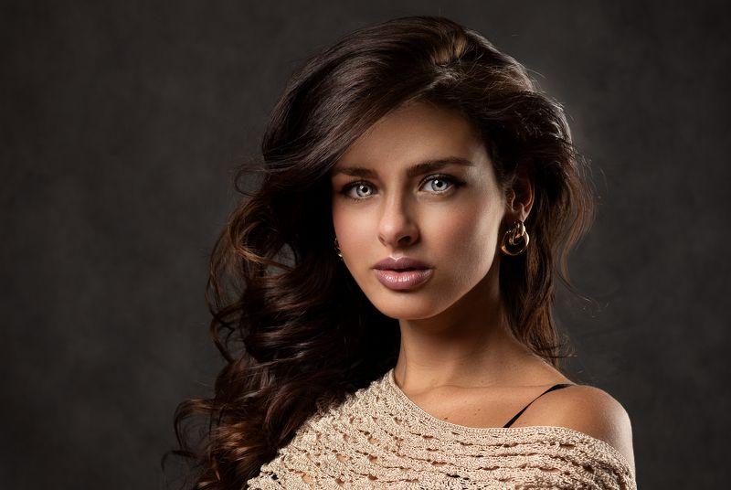 портрет девушки с пышными волосами Liliphoto preview
