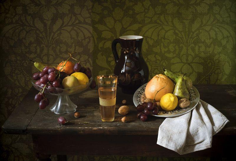 кувшин, виноград, груша, стакан, компот, старый стол Натюрморт с фруктами.photo preview