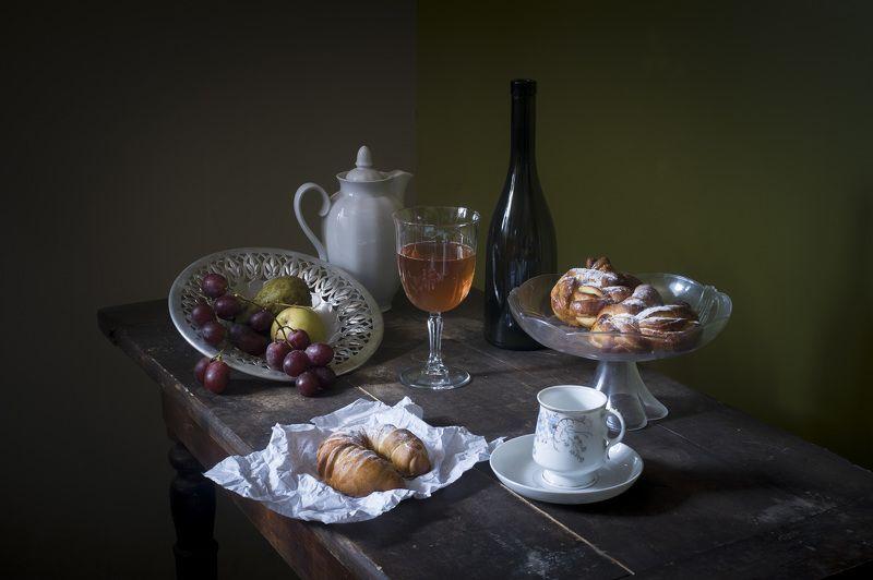 бокал, выпечка, булочка, кофейник, виноград, натюрморт, орех. Натюрморт с выпечкой.photo preview