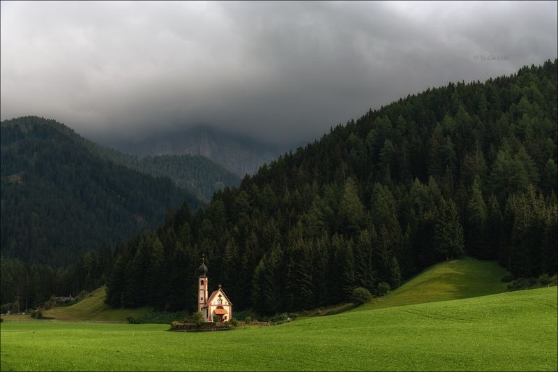 доломитовые альпы,santa maddalena,деревня,val di funes,лето,odle,италия,alps,ranui,san giovanni,церквушка San Giovanni in Ranuiphoto preview