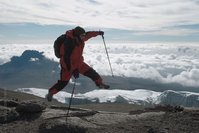 килиманджаро, вершина, горы, восхождение, спорт, прыжок, экстрим, высота, альпинизм, небо, облака, африка, танзания, путешествие, приключение, шагнивнеизведанное Прыжок над вершинойphoto preview